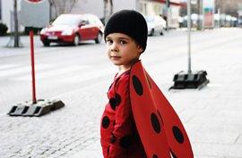 Junge im Käfer-Kostüm
